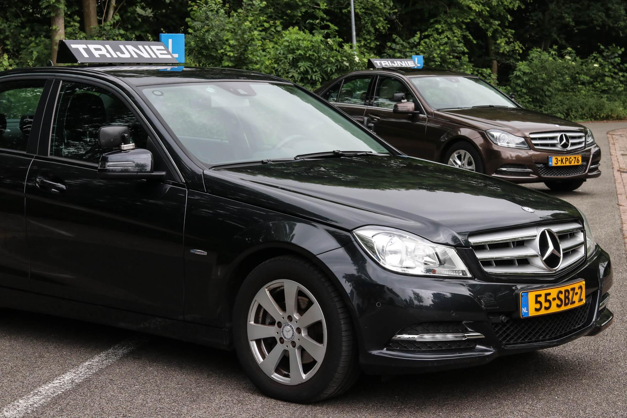 Beide Mercedes auto's Autorijschool Trijnie